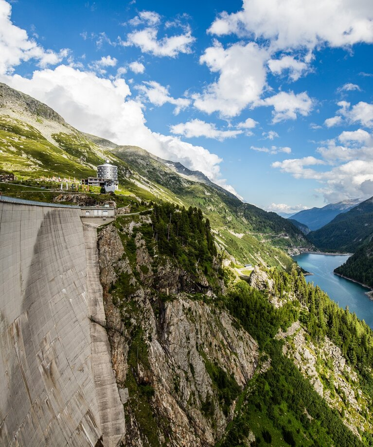 Kölnbrein dam with Galgenbichl reservoir and mountain hotel | © Verbund Tourismus GmbH